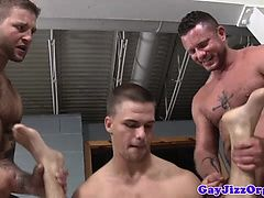 Три мускулистых красавчика, трахающие тощего чувака