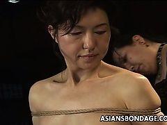 Азиатская красотка в сцене бондажа веревки