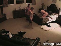 Два жеребца весело проводят время, обменивая их горячих жен на вечеринке свингеров