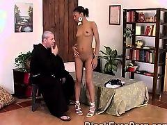 Белый священник сгрешит с африканской красавицей