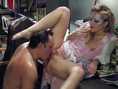 Молодая блондинка Alexis Texas трахается на столе с потным мужчиной