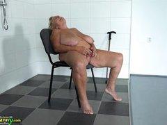 Старая бабка с огромными буферами дрочит в ванной
