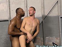 Черный гей трахнул белого красавчика в гараже