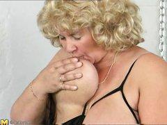 Старая толстая баба лижет и сосет соски своих огромных сисек