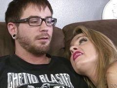 Она сосет его лучше, чем его жена