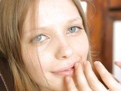 Худая девушка голубыми с глазами помещает свою руку в трусики