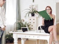 Секретарша в очках побуждает коллегу пробовать ее киску на столе