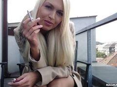 Грудастая белокурая немецкая красотка с сигаретой теребит свою красивую киску