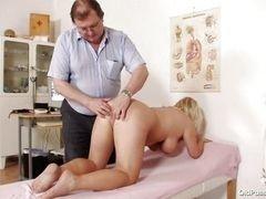Зрелая блондинка с большими сиськами на медосмотре у гинеколога