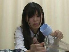 Азиатская студентка заботится о члене