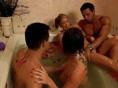Массаж помогает двум парам уменьшить сексуальную напряженность