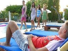 Группа возбужденных шлюх, сосущих член парня на открытом воздухе у бассейна