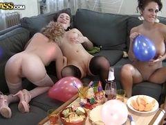 Возбужденные лесбийские телки зажигают на секс вечеринке