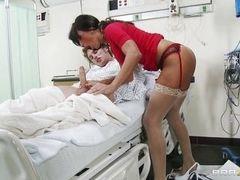 Зрелая сексуальная медсестра вылечивает своего пациента эротическим минетом