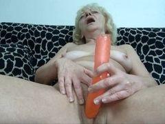 Белокурая бабуля мастурбирует на кушетке