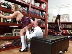 Озорной секс в библиотеке среди посетителей