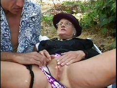 Джино трахает древнюю бабулю в очках на улице