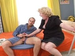 Толстая старушка блондинка дрочит и сосет член