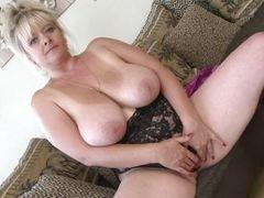Мастурбация зрелой женщины с большими сиськами