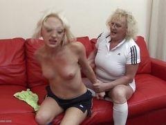 Белокурая мама ожесточает свою более молодую шлюху