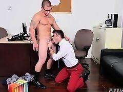 Гомосексуальный молодой парнишка трахается с боссом