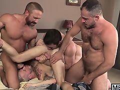 Зрелые мускулистые геи трахают молодого блондина