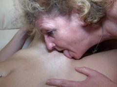 Старая лесбиянка любит лизать молодую сочную щелку