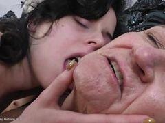 Две старых лесбиянки соблазнили молодую на первый лесби опыт