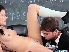 Студентка Adria Rae трахается с молодым профессором после занятий