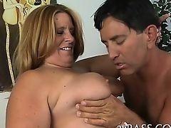 Большая старая женщина выполняет классный оральный секс молодому человеку