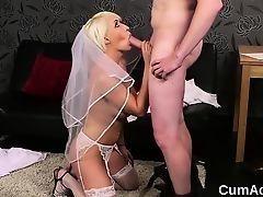 Грязная невеста насосалась и получила сперму на лицо