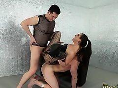 Похотливая госпожа трахает двух крепких парней