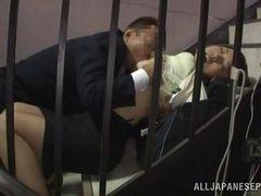 Муж не может ждать, пока они вернутся домой и трахнул жену на лестнице