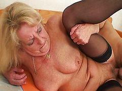Похотливая бабуля в чулках трахается с молодым парнем