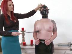 Рыжая госпожа шлепает сучку Angel Deelight в маске