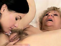 Молодая лесбиянка лижет волосатоую пизду старой Kati Bell