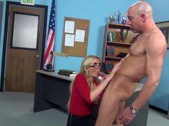 Блондинка секретарша с большими титьками Gigi Allen жадно сосет у лысого босса