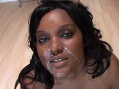 Белая и черная толстухи получили загрузку на лицо