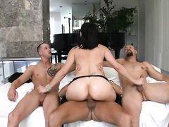 Трое молодых мужчин трахают жопастую телку в чулках
