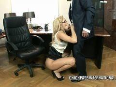 Европейская шлюха секретарша сосет у босса и снимает свою юбку, чтобы трахнуться