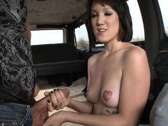 Развратное искушение для молодой красавицы в автобусе
