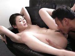 Мамочка заполняет дыру между своими ногами секс игрушкой