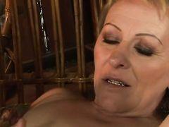Зрелая блондинка доставляет невероятное сексуальное удовольствие возбужденному чуваку