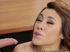 Сексуальная молодая цыпочка получает много спермы на лицо