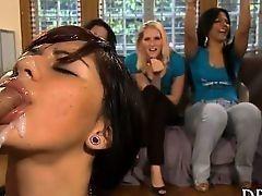 Горячая подруга сосет член и получает сперму на лицо в окружении смотрящих и болеющих подруг