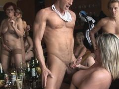 Жесткая домашняя порновечеринка. Мамаши шгут соскучивших по молодым телам и членам