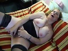 Грудастая бабуля любит мастурбировать на кровате