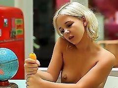 Молодая сучка Монро мнет в своих руках большую желтую игрушку дилдо