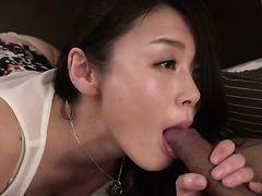 Азиатская мамочка позволяет мужику поместить член в свой рот