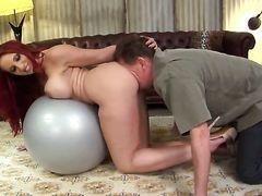 Kyle Stone получает удовольствие от траха шикарной Kelly Divine с массивными сисяндрами на фитболе